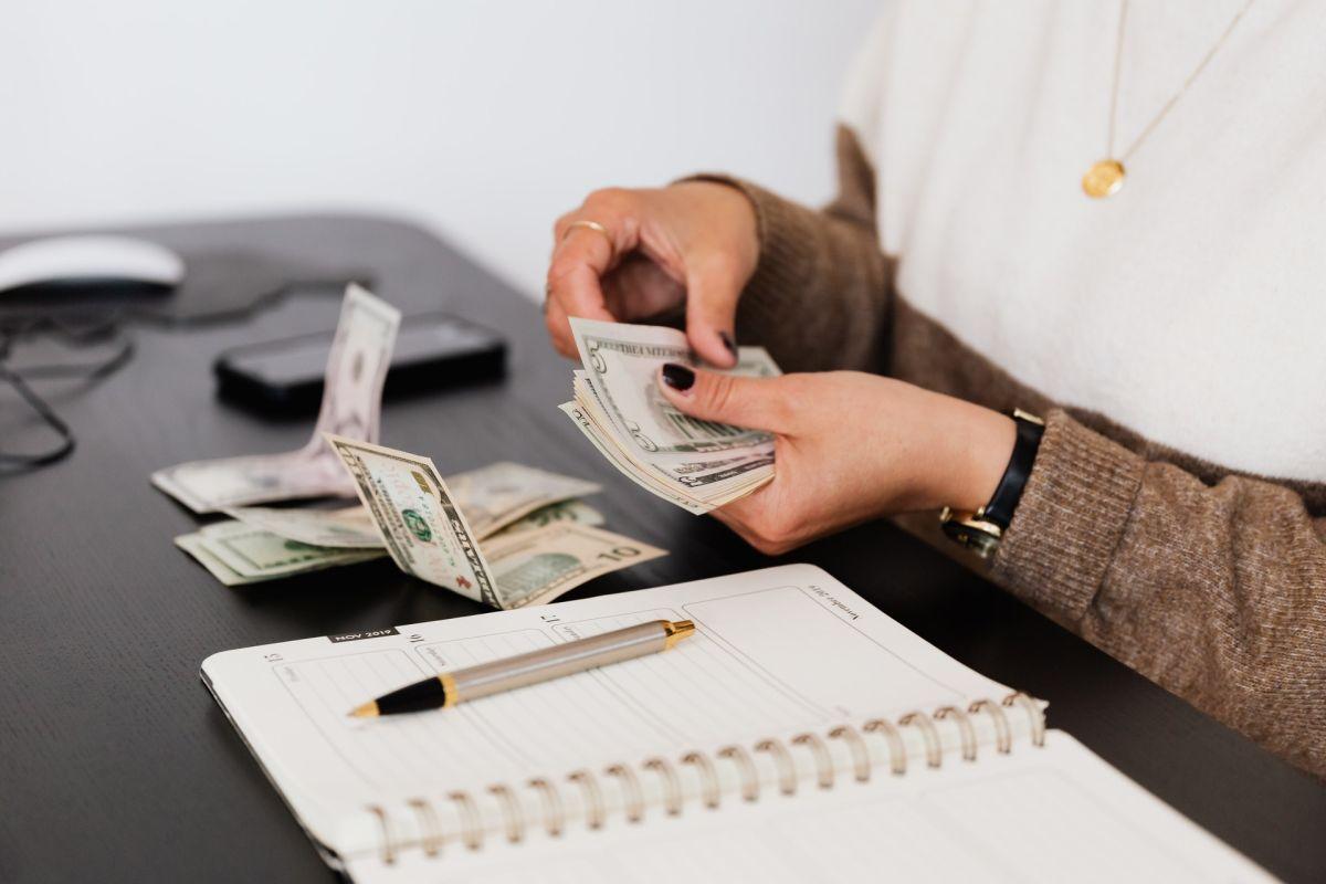 ¿Tienes un karma negativo con el dinero? Aprende a eliminarlo y mejora tus finanzas