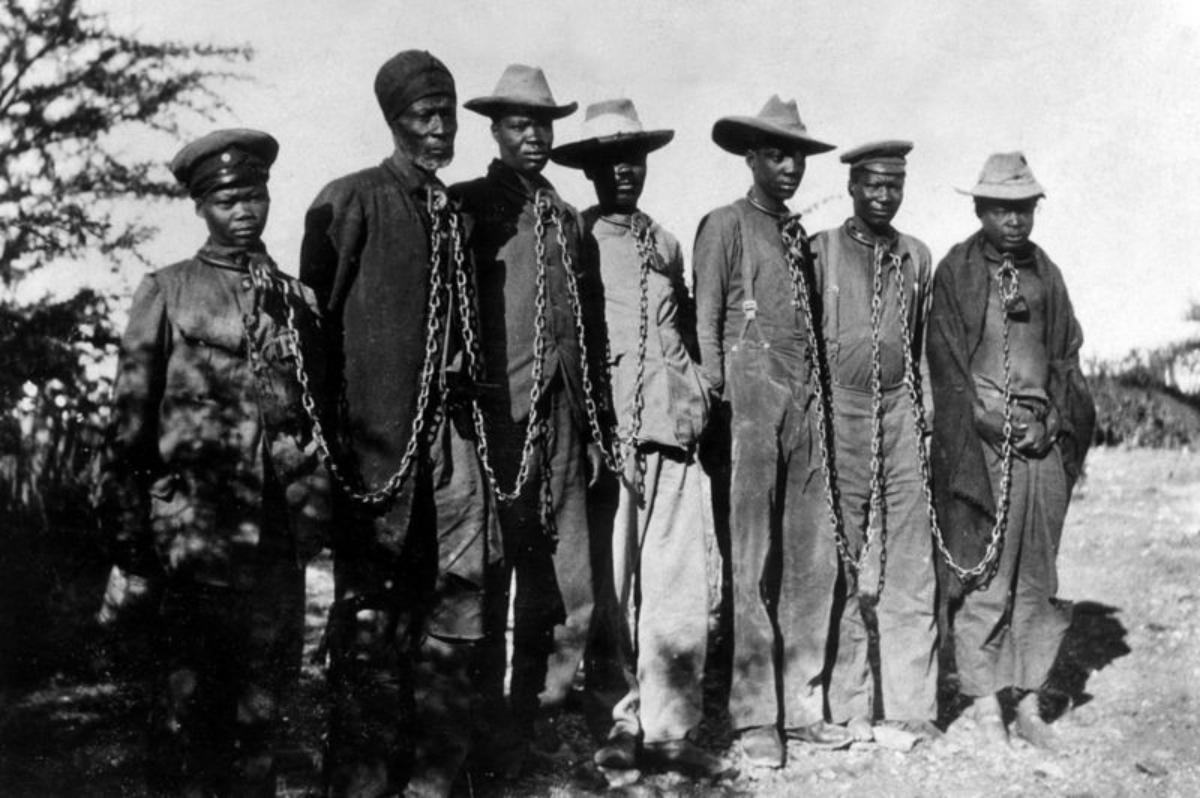 Prisioneros herero encadenados en 1904.