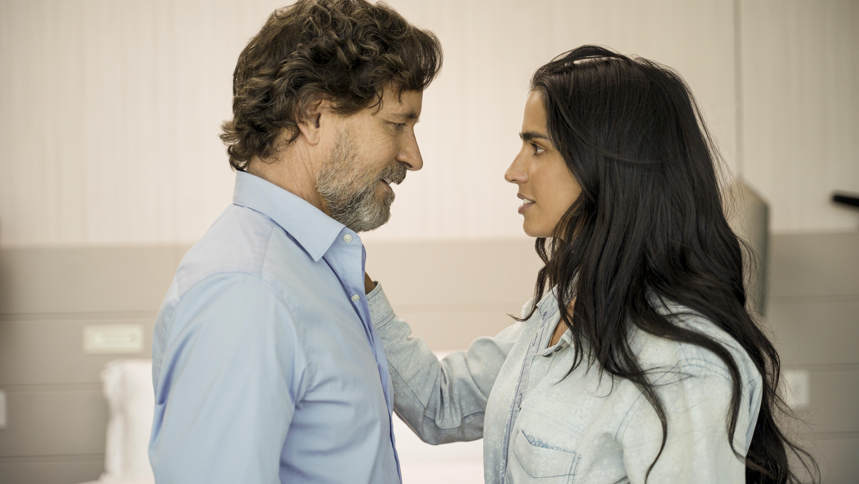 Guy Ecker y Bárbara de Regil llegan a Telemundo con 'Parientes a la Fuerza'