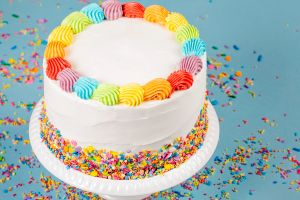 Receta de pastel de cumpleaños arcoíris súper fácil de preparar