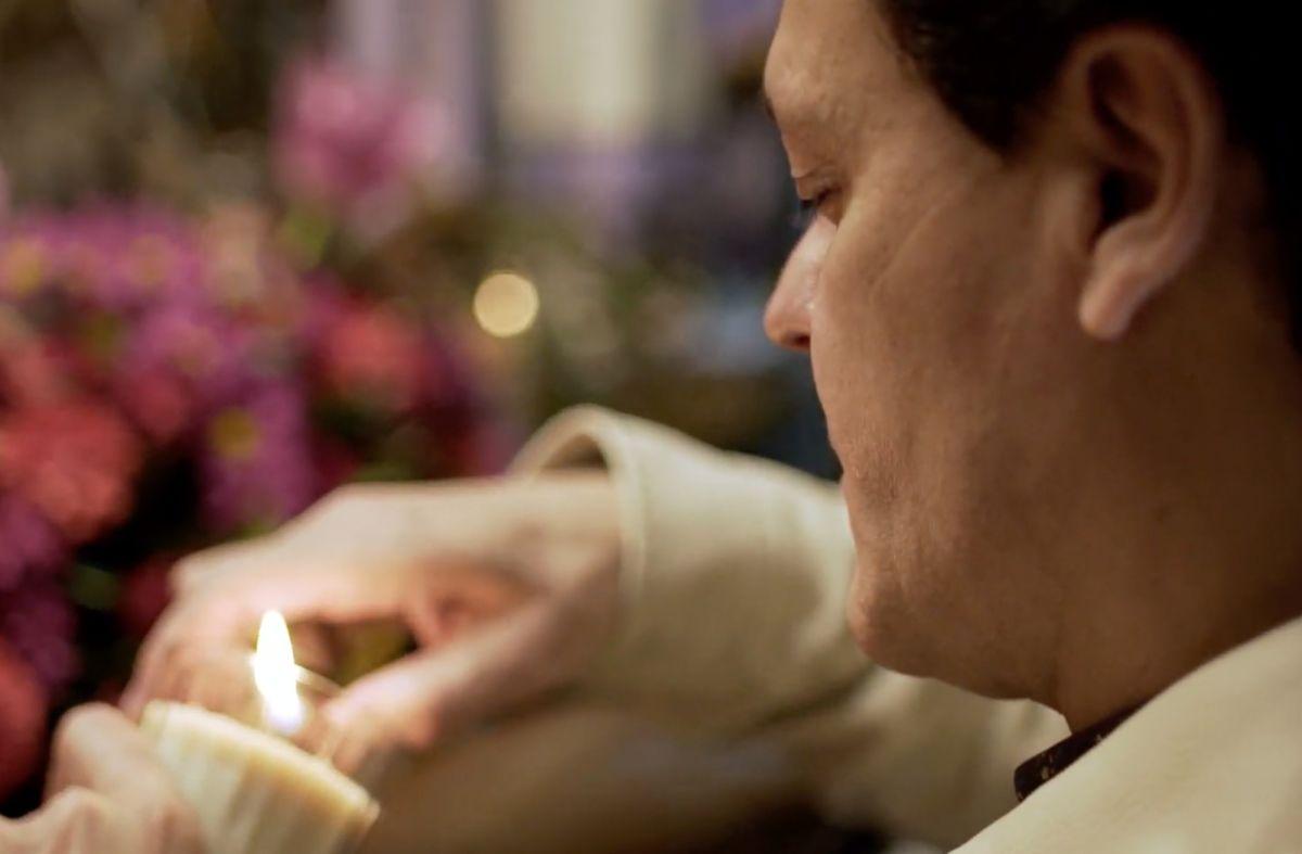 'Malverde, El Santo Patrón': Pedro Fernández conmemora a Jesús Malverde y le prende una vela