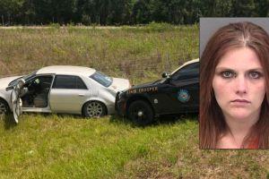 Una mujer semidesnuda protagoniza una persecución película en una carretera de Florida