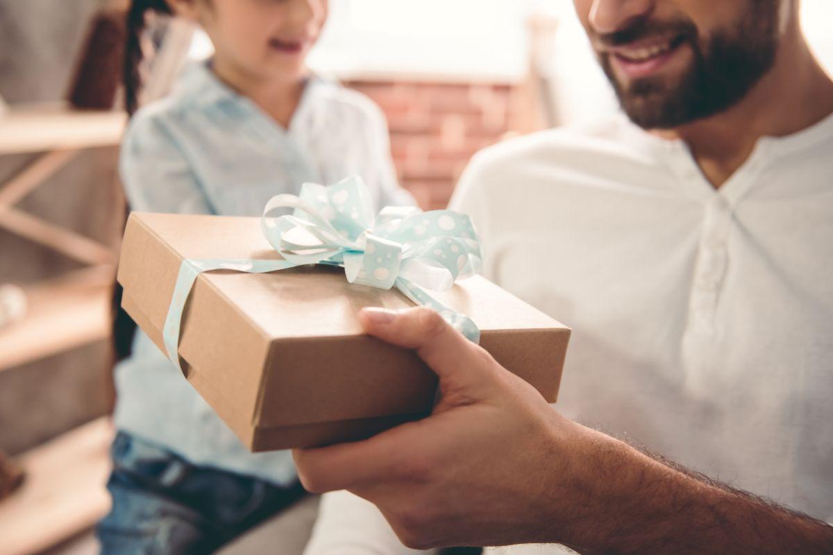 existen muchas opciones que le puedes dar a tu papá sin gastar mucho, no olvides que la decoración del regalo la puedes hacer tú ya que es parte de éste.