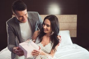 5 ideas de regalos para darle a tu esposo como regalo de bodas