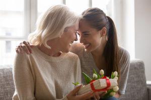 Las mejores opciones de perfumes por menos de $50 para regalar el Día de las Madres