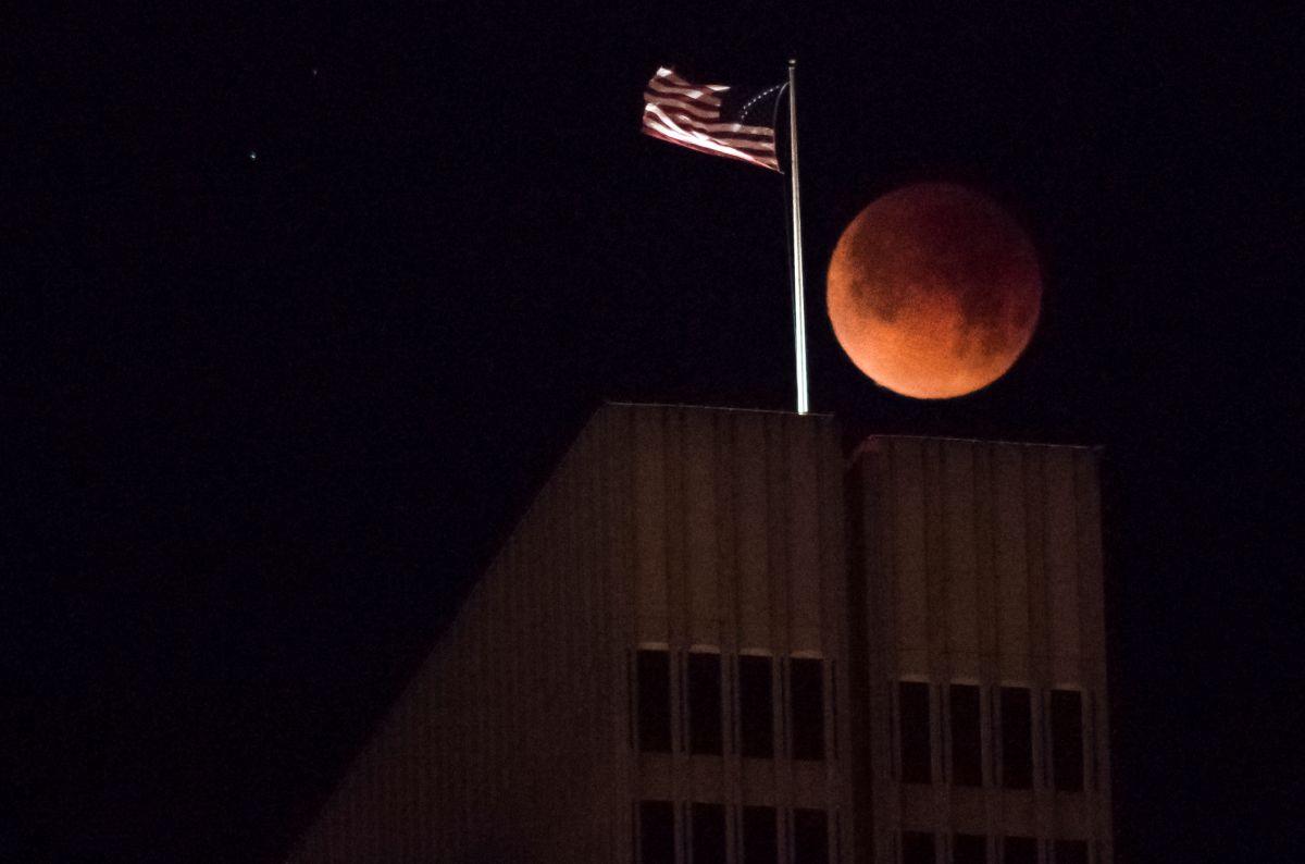 """Cuándo se podrá ver la superluna de sangre de la """"flor"""" y el eclipse lunar  total - La Opinión"""