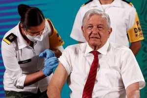 AMLO recibe segunda dosis contra la COVID-19 de AstraZeneca y llama a los mexicanos a vacunarse