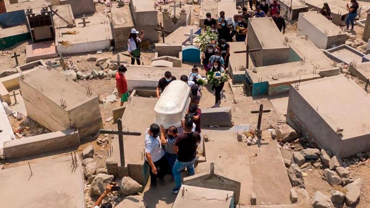 Perú duplica las muertes por COVID-19 tras una revisión de cifras y se convierte en el país con la mayor tasa de mortalidad per cápita del mundo
