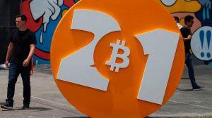 """Bitcoin: un viaje profundo al mundo de los """"criptoevangelistas"""" que quieren destruir el dólar y cambiar el sistema financiero internacional"""