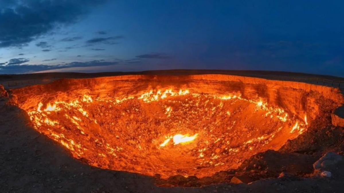 """El misterio del cráter de Darvaza: ¿qué provoca el fuego de """"las puertas del infierno""""?"""