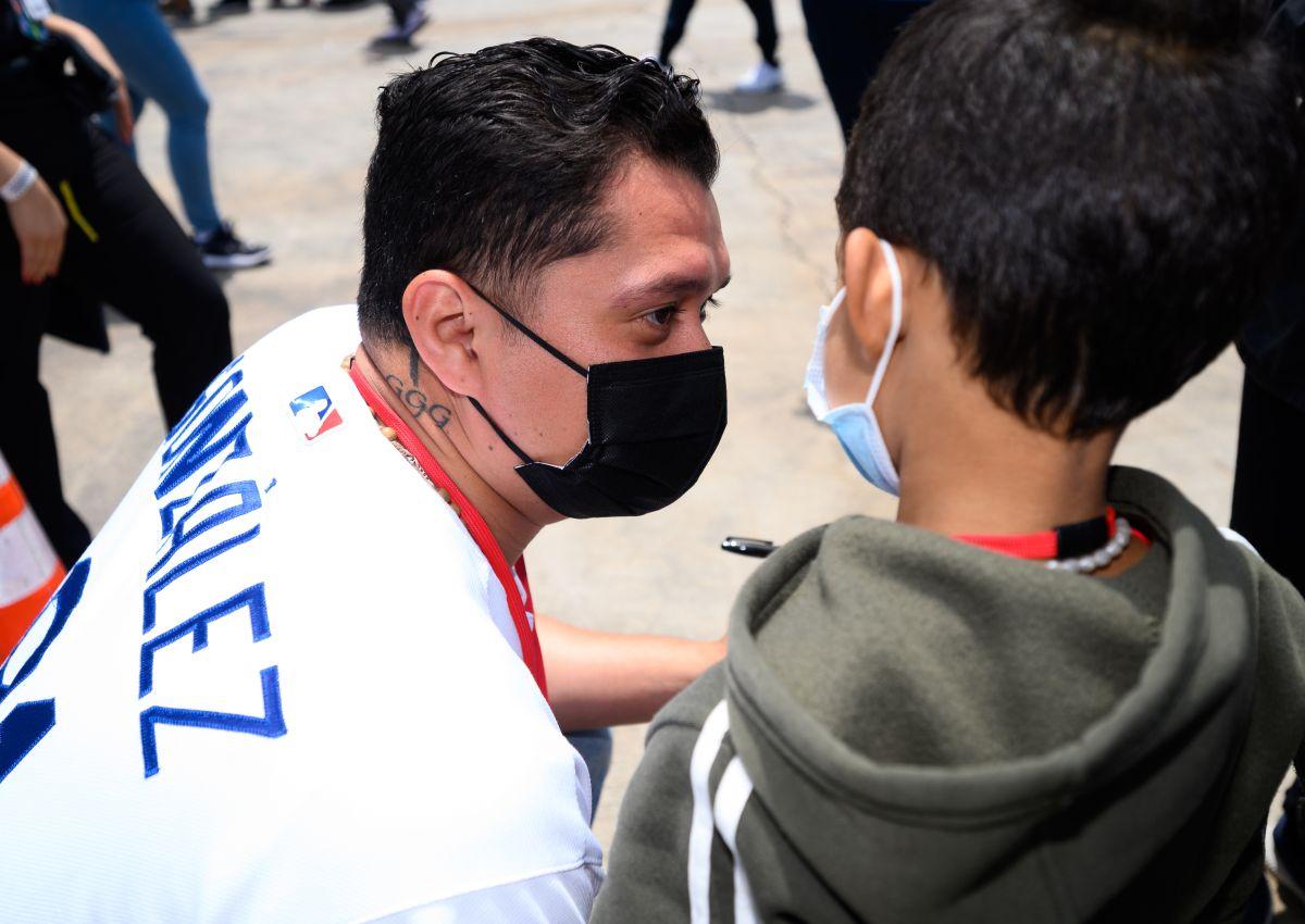 Víctor Gonzá‡lez, de los Dodgers, platica con niños migrantes en Long Beach.