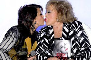 Silvia Pinal comparte polémica fotografía besando en la boca a su hija, Alejandra Guzmán