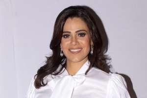 Luz Elena González presume su retaguardia mientras recibe un masaje reafirmante