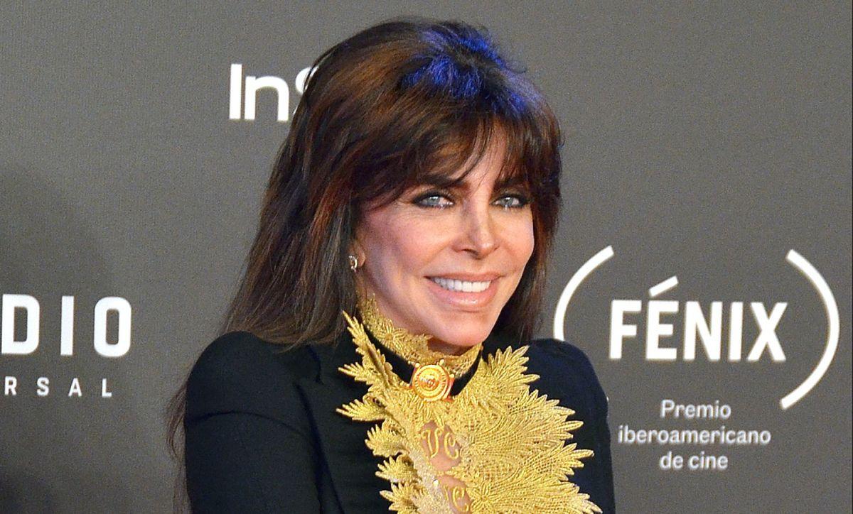 Verónica Castro se deja ver nuevamente con un look natural luciendo al máximo sus canas