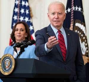 """Biden: EE.UU nunca ha estado tan dividido y los latinos temen ser """"vacunados y deportados""""; Kamala Harris le susurra derrumbe de edificio en Miami"""