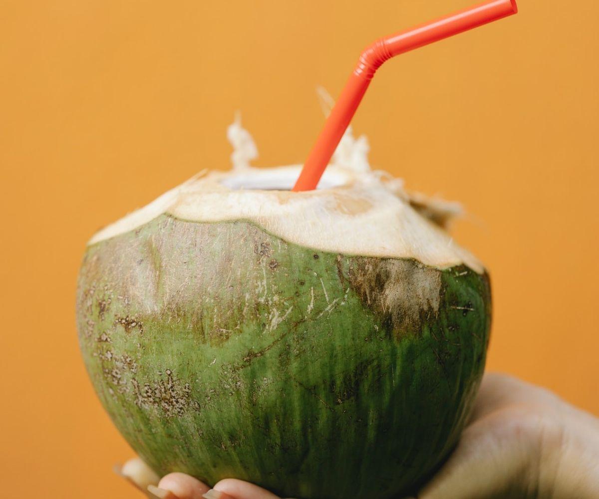 El agua de coco puede rehidratarte pero también causarte diarrea