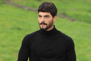 Akin Akinözü, el galán de 'Hercai: Amor y Venganza', explica por qué los latinos aman las telenovelas turcas