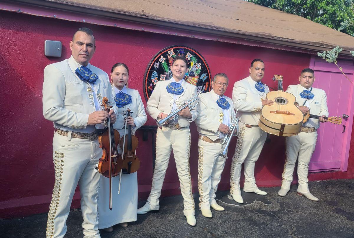 Alex Cisneros (i) y su mariachi Nuevo Guadalajara. (Suministrada)