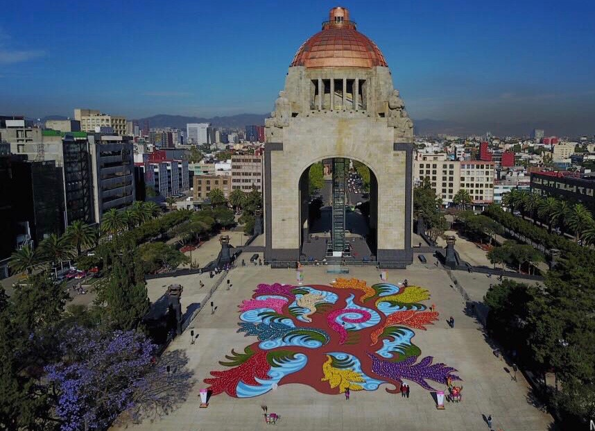 Una alfombra de arte efímero en el Monumento a la Revolución