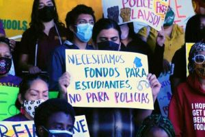 Estudiantes piden que la policía salga de los planteles escolares
