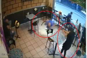 VIDEO: Sicarios atacan a 3 personas al estilo narco dentro de bar y matan a hombre