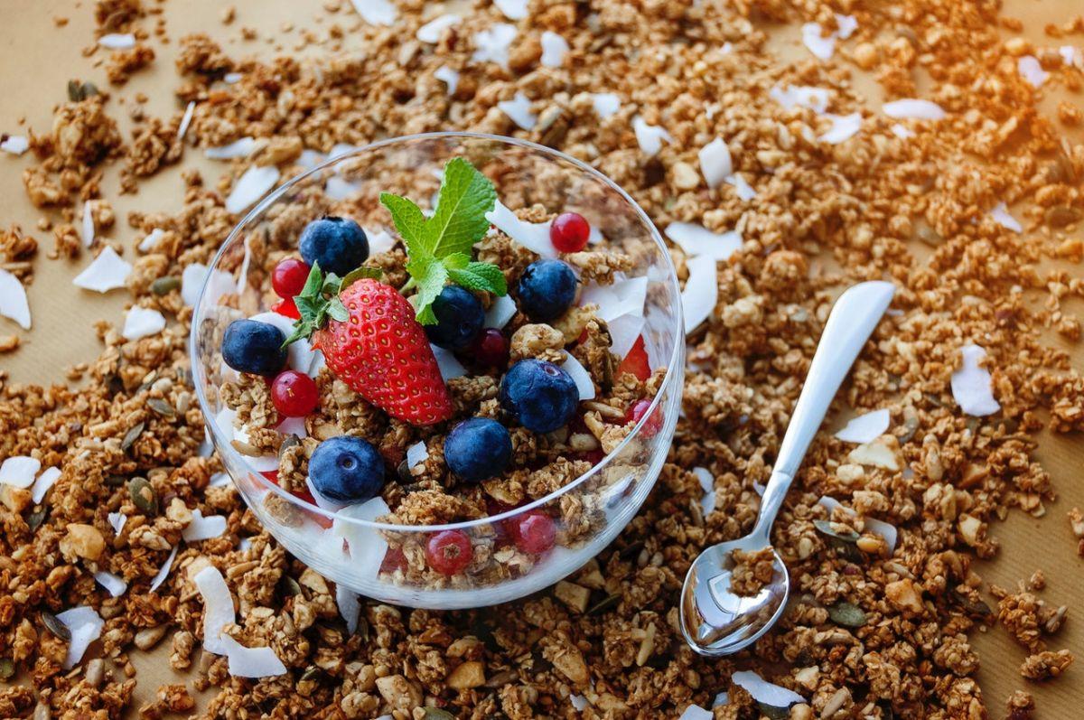 Las fuentes de fibra son las frutas y verduras enteras, los cereales integrales y los frijoles.