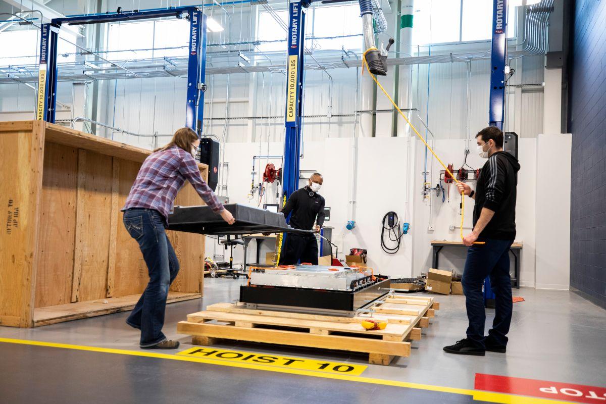 Foto del equipo de Ford encargado de la investigación y prueba de baterías para vehículos eléctricos