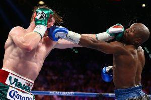 "Se tapó la cara: Saúl ""Canelo"" Álvarez reaccionó a la pelea entre Floyd Mayweather Jr. y Logan Paul"