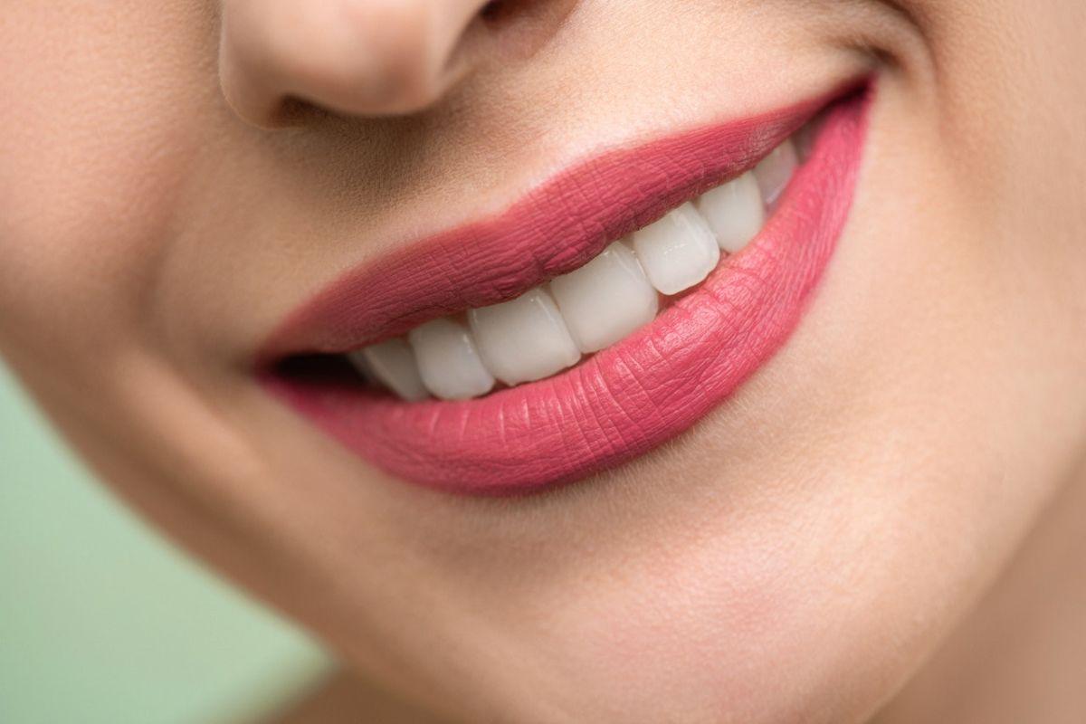 La deficiencia de vitamina C puede causar inflamación, sangrado de las encías y aflojamiento o pérdida de dientes.