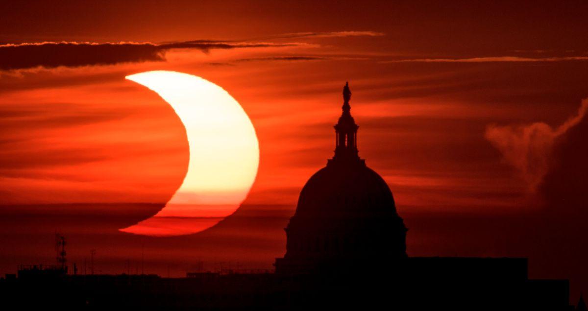 """Eclipse solar anular: las impresionantes imágenes del """"anillo de fuego"""" que se vio en el hemisferio norte"""