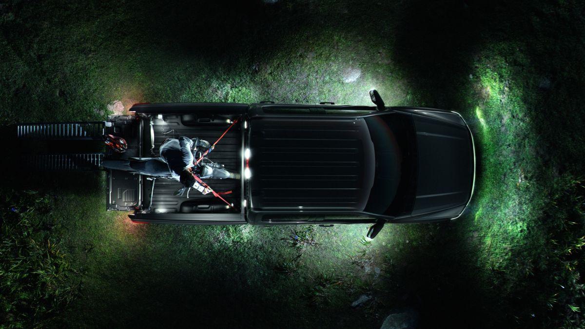 Vista superior de la Ford F-150 Lightning durante la noche con todas las luces encendidas