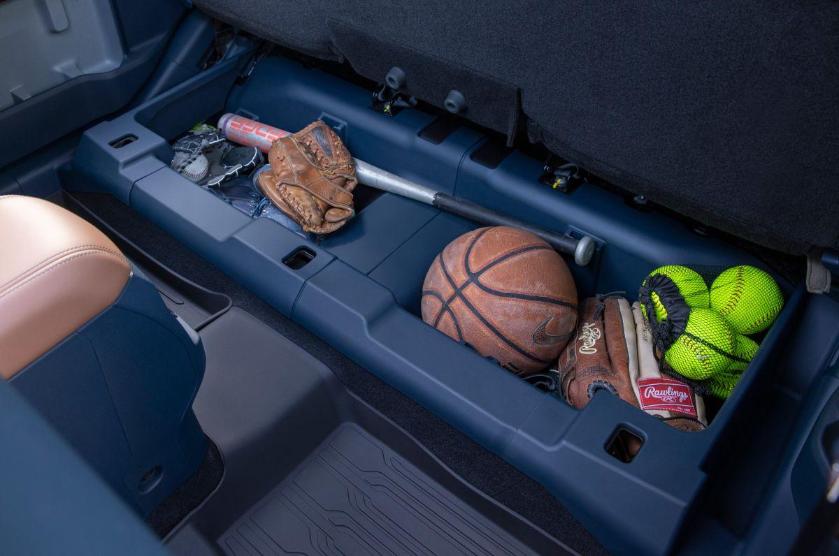 Foto del compartimiento oculto debajo del asiento trasero de la Maverick de Ford
