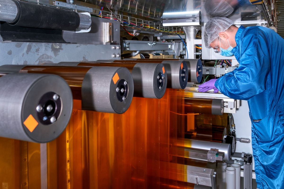 Foto de un ingeniero de General Motors trabajando en el laboratorio de celdas de combustible