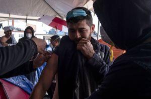 Migrantes centroamericanos reciben vacuna anticovid donada por EE.UU. en la ciudad fronteriza de Tijuana México