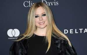 Avril Lavigne debuta en TikTok con 'Sk8er Boi' al lado de Tony Hawk
