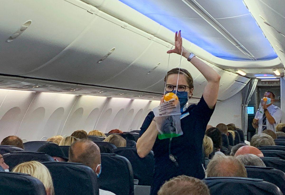 Un pasajero fue multado con $52,000 dólares por golpear a un integrante de la tripulación en la cara e intentar abrir la puerta de la cabina.