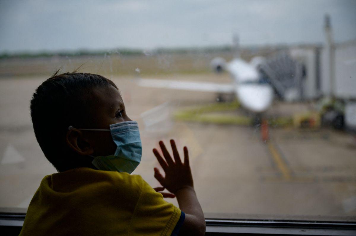 Dos niñas hondureñas halladas en la frontera ya esperan en Miami a sus padres