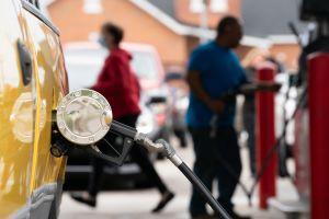 Estaciones de servicio se quedan sin gasolina previo al 4 de julio y el combustible alcanza su precio más alto en 7 años