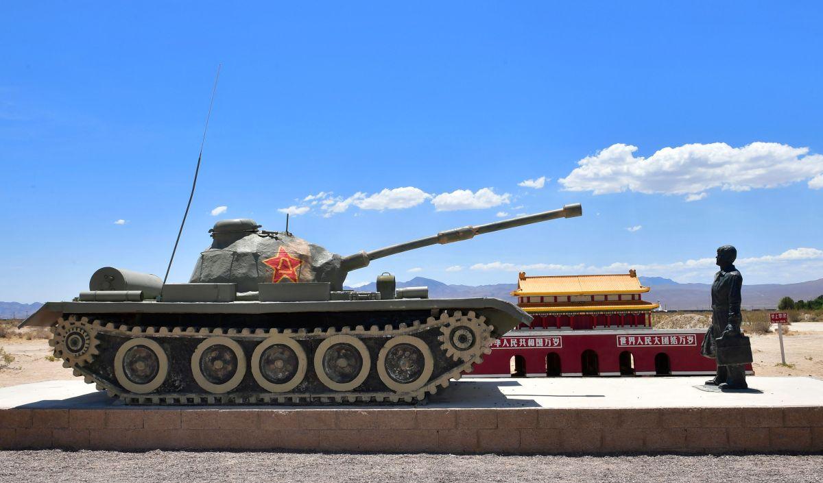 """El """"Hombre del Tanque"""" en recuerdo de la masacre de Tiananmén está sobre la Interestatal 15, en California."""