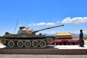 Autopista 15 de Los Ángeles a Las Vegas presenta una enorme cantidad de vehículos militares