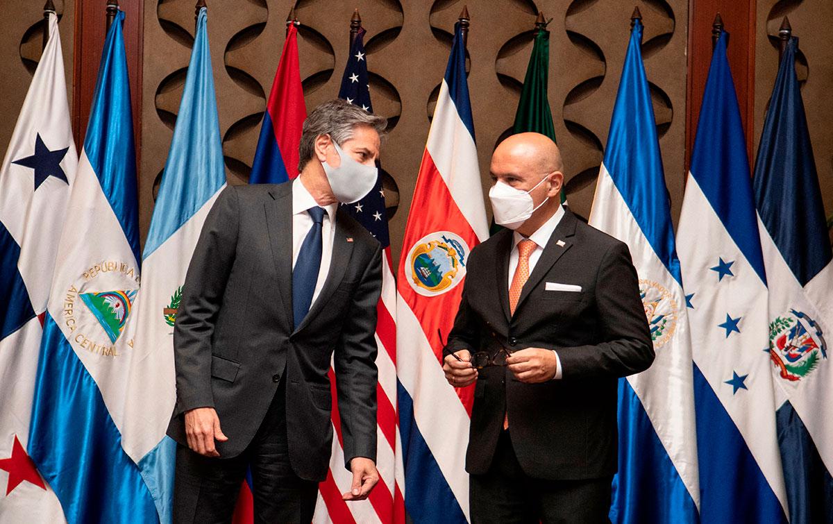 El Secretario de Estado de EE.UU., Antony Blinken (Izq) y el canciller de Costa Rica, Rodolfo Solano (der), durante la reunión con cancilleres en San José, Costa Rica.