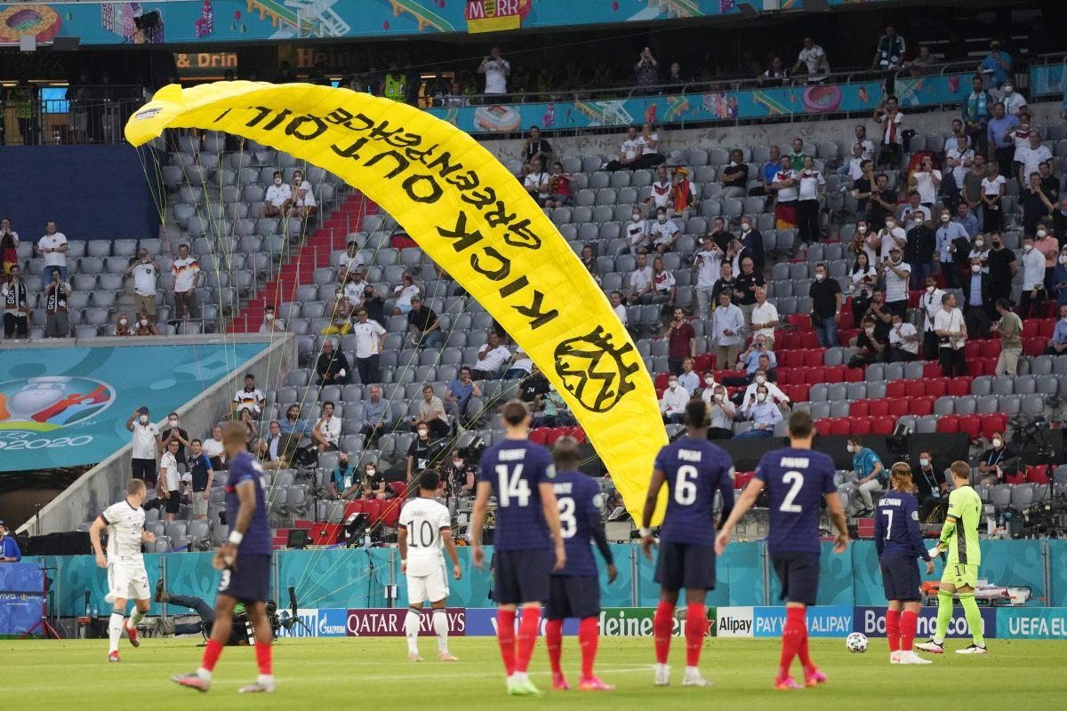 El piloto era un activista de la organización Greenpeace, y en su paracaídas llevaba un mensaje en contra del petróleo.