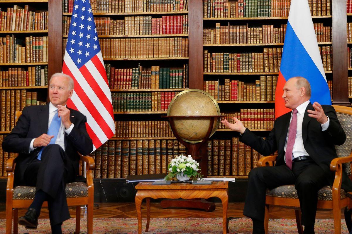 """""""Los estadounidenses creen que nada es más importante que ellos mismos"""": Putin """"alaba"""" a Biden al volver a Rusia tras primera reunión presidencial"""