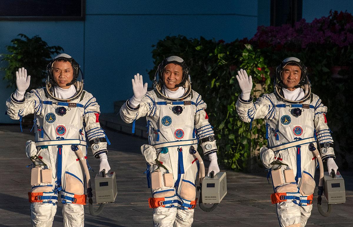 China lanza con éxito misión tripulada para ensamblar su estación espacial Tiangong