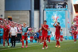 Eriksen recibió un bonito homenaje en el partido de Dinamarca vs Bélgica