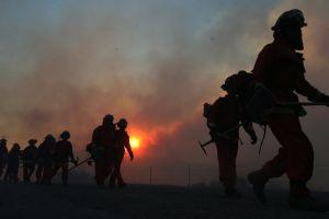 El calor extremo y la sequía alimentan decenas de incendios en todo el oeste de EE.UU.