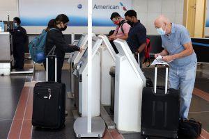 EE.UU. flexibiliza recomendaciones para viajar a 60 países por pandemia