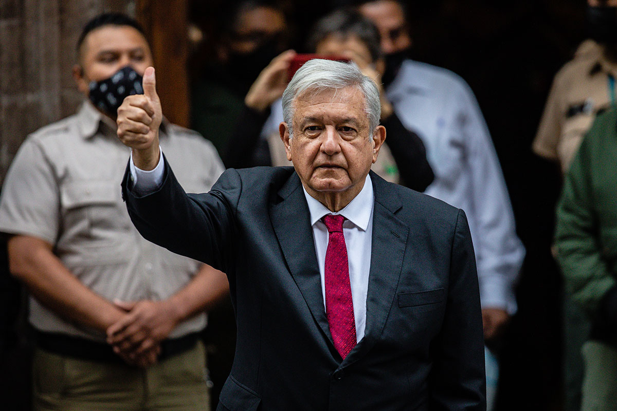 AMLO acude a votar en las elecciones intermedias de México.