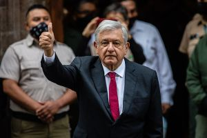 ¡Viva la democracia!, expresó AMLO al acudir a votar en la histórica elección intermedia del 6 de junio en México