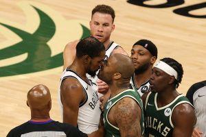 Video: Kevin Durant y P.J. Tocker casi se caen a golpes en pleno partido de la NBA